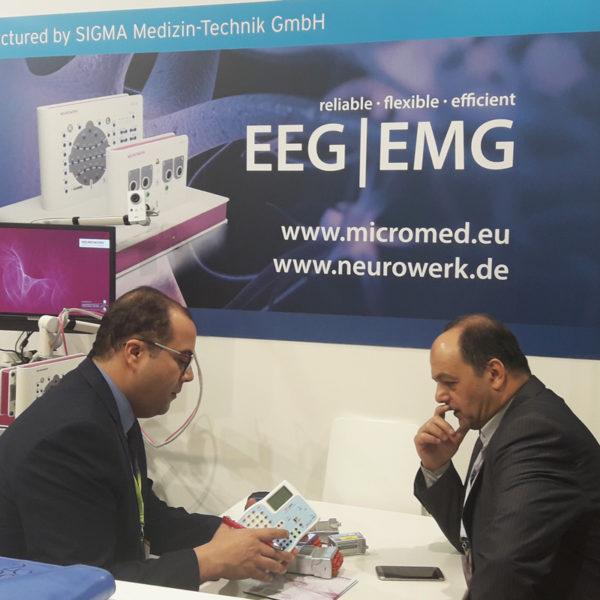 Micromed Group - ARAB Health 2019. Herr Mohamed Zahran zeigt interessierten Besuchern Micromed-Produkte.