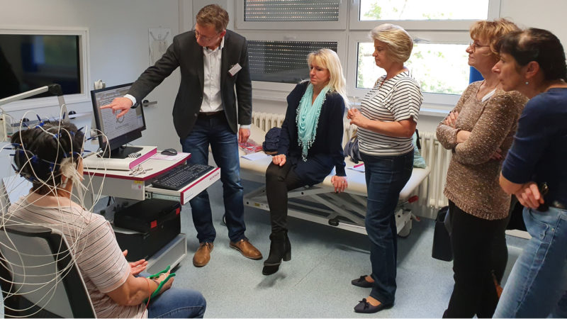 Micromed Group - NEUROWERK EEG -Seminar. Vertriebsleiter D-A-CH Herr Jörg Lehmann erläutert und wertet die gemessenen EEG-Signale aus.