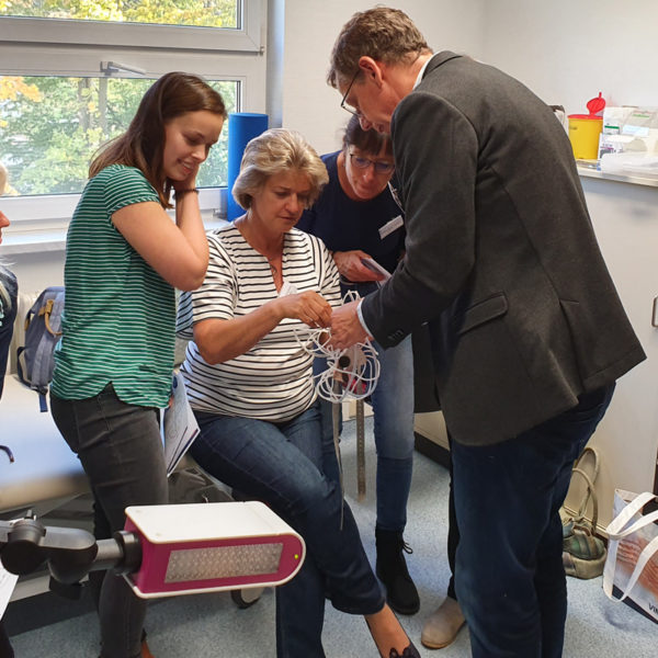 Micromed Group - NEUROWERK EEG -Seminar. Vertriebsleiter D-A-CH Herr Jörg Lehmann erklärt das korrekte Setzen einer EEG-Haube.
